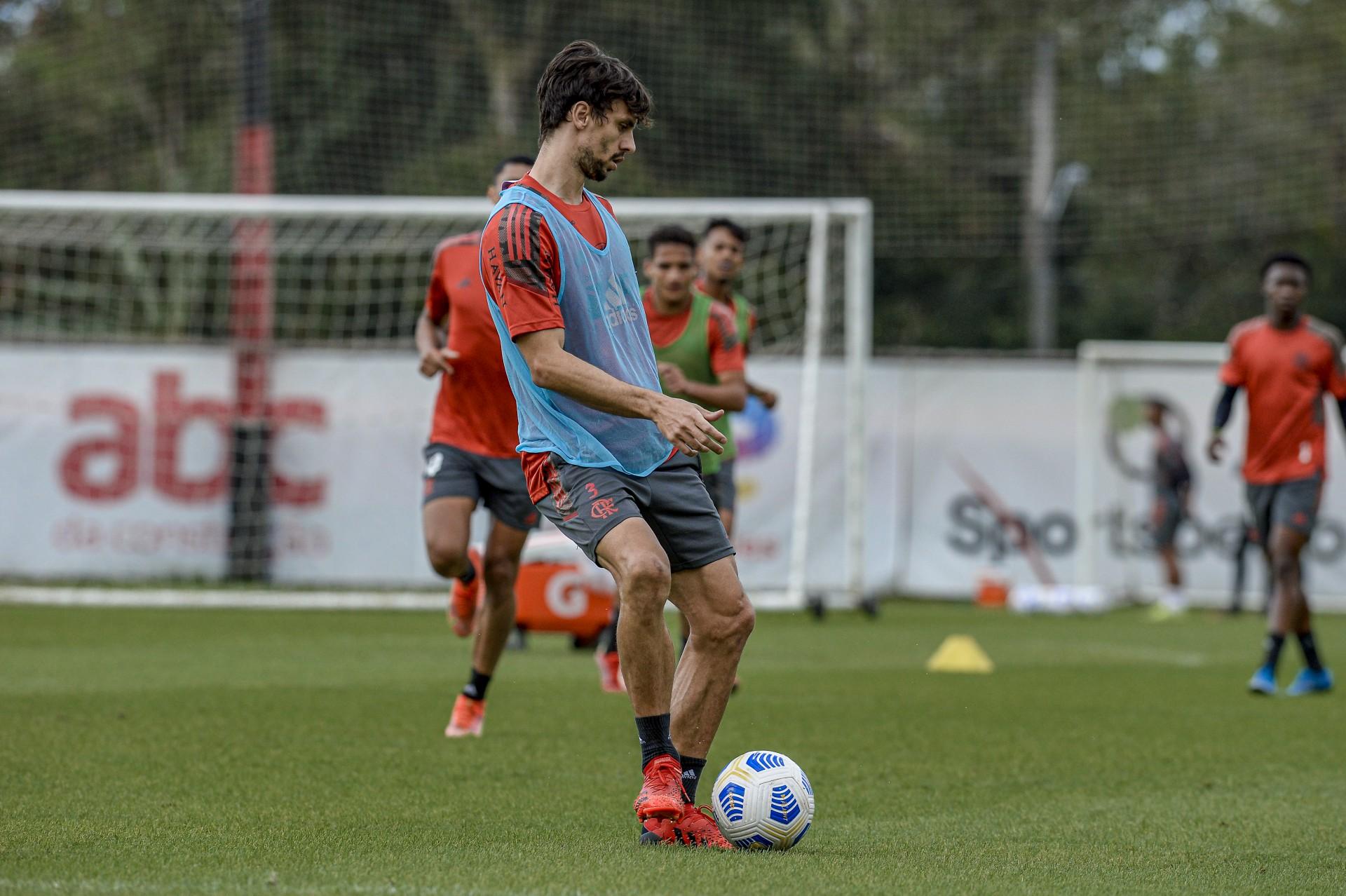 Rodrigo Caio participa de treino ao lado de companheiros do Flamengo e se aproxima de retorno
