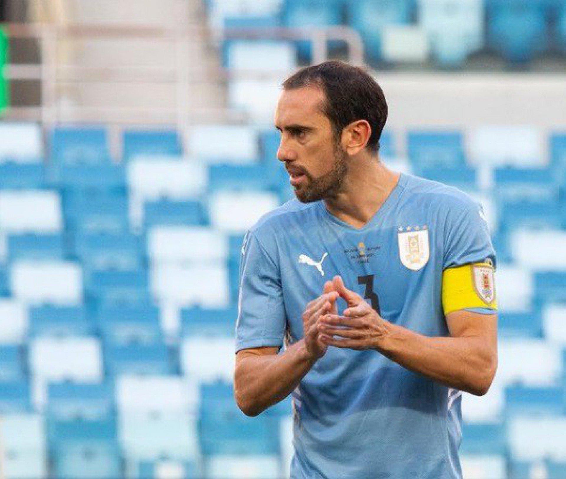 Zagueiro da seleção uruguaia elogia Arrascaeta e recebe convite de torcedores: 'Vem para o Flamengo'
