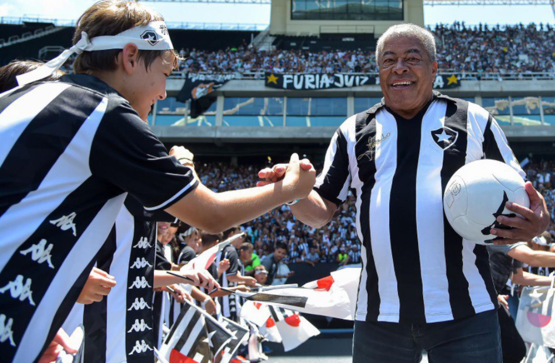 Ex-jogador Jairzinho recebe alta do hospital