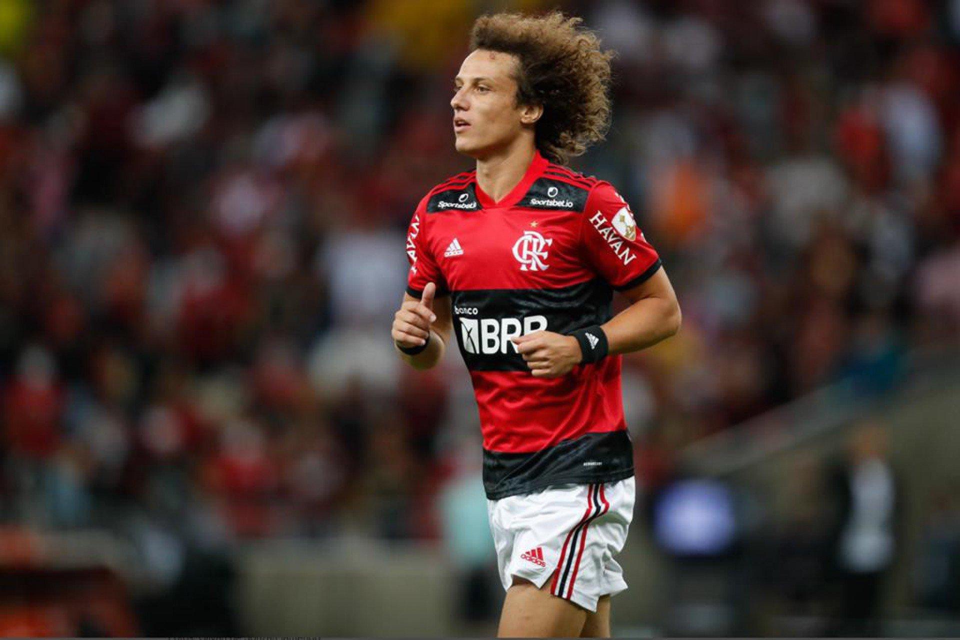 David Luiz doa camisa autografada do Flamengo para leilão beneficente