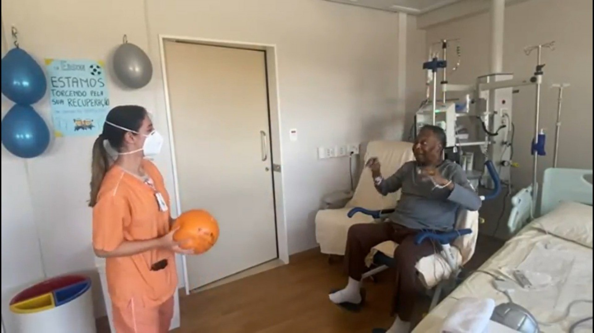 Pelé publica vídeo de exercício com bola em hospital e destaca: 'Aquecimento para voltar aos gramados'