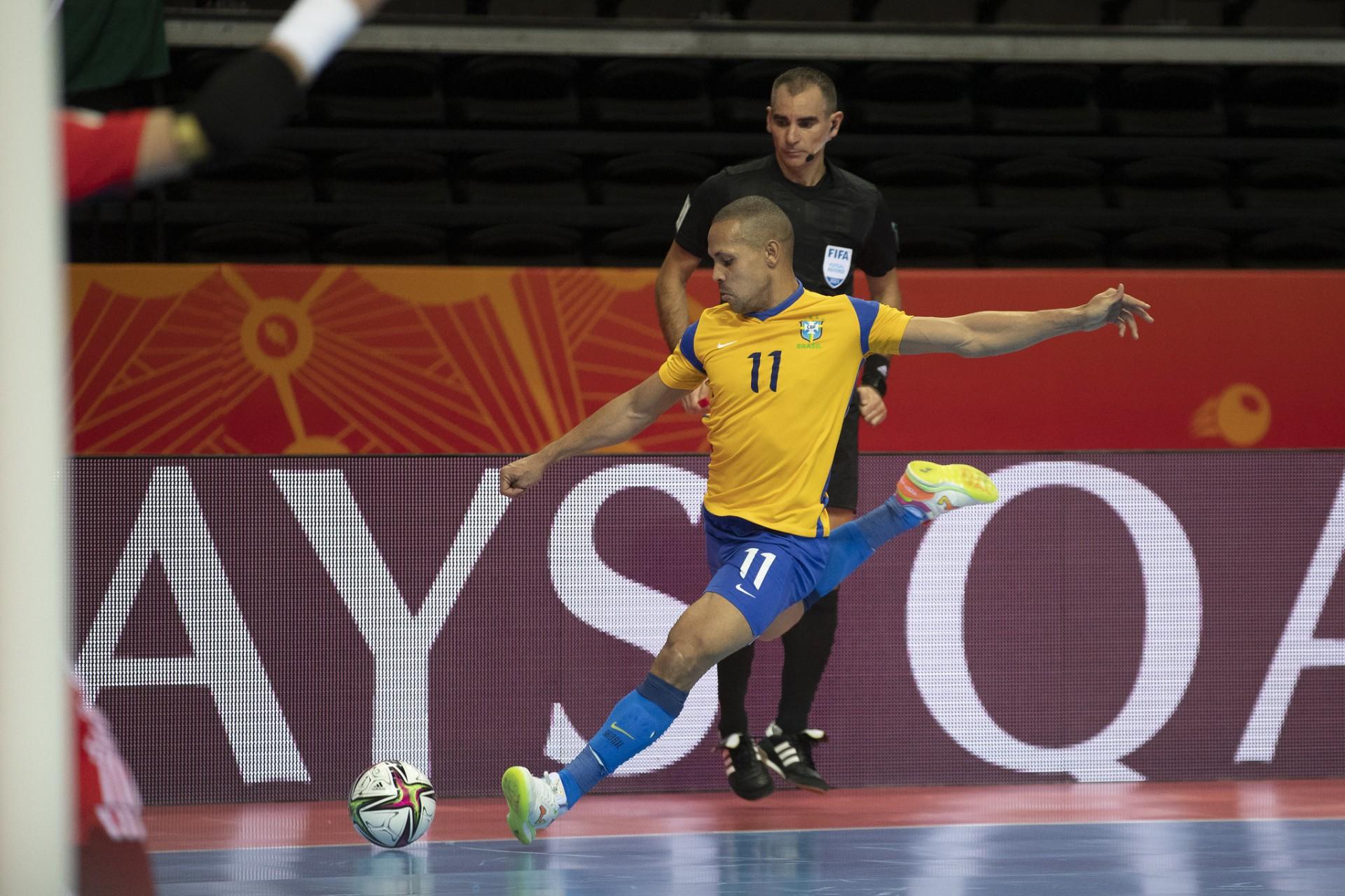 Brasil perde muitas chances e cai para a Argentina na semifinal da Copa do Mundo de Futsal