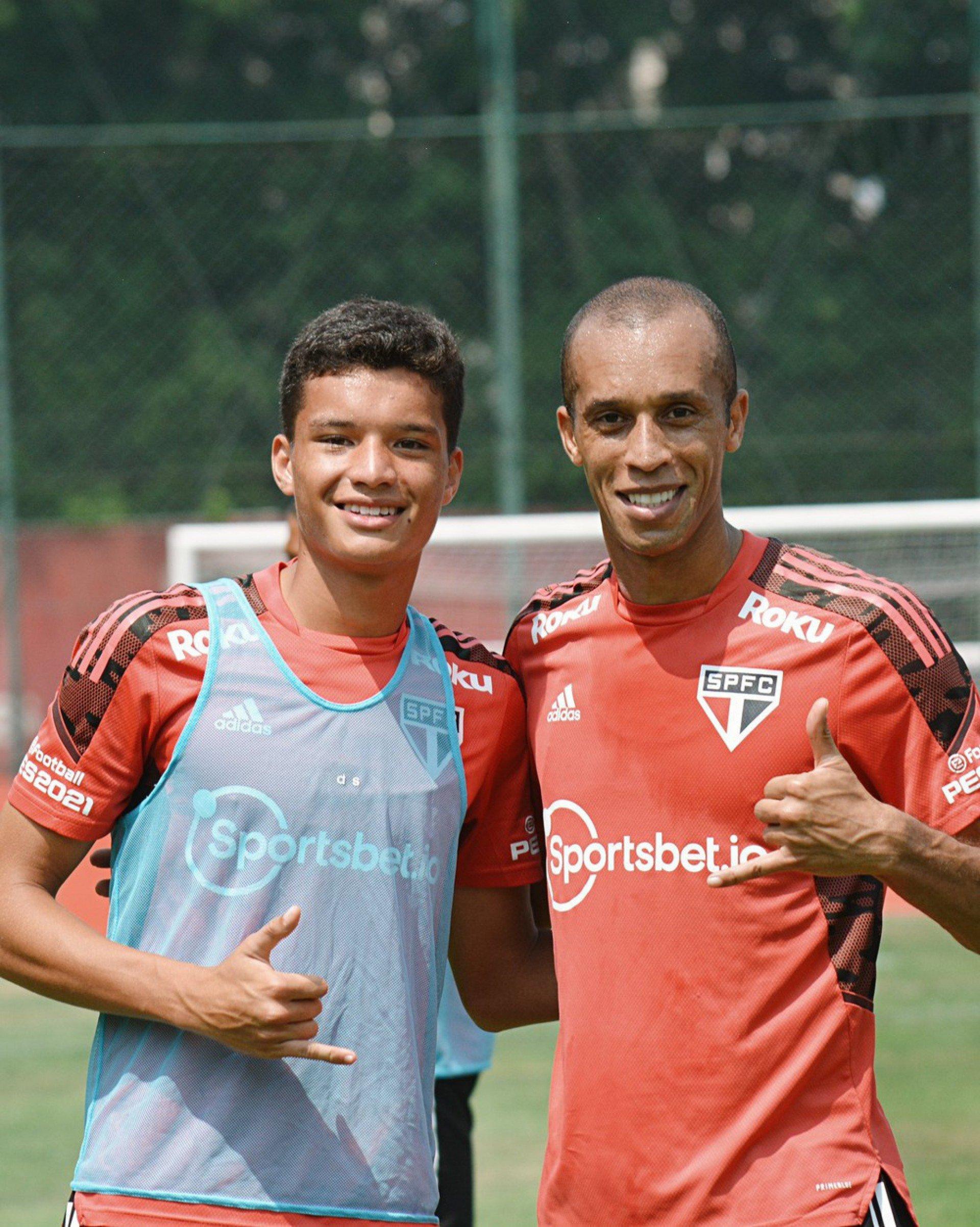 Em dia de integração com a base, Miranda treina ao lado do filho no São Paulo