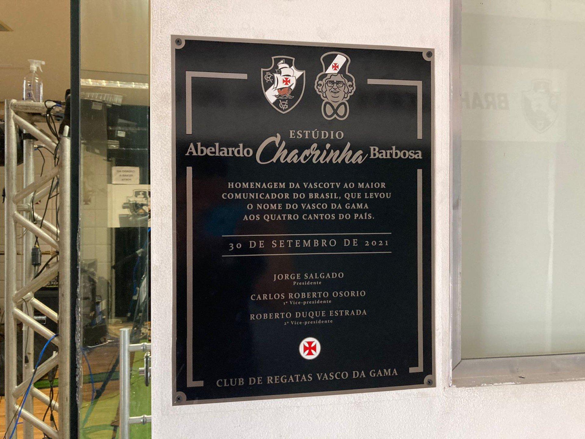 Bacalhau! No aniversário de 104 anos, Chacrinha dá nome ao estúdio da 'Vasco TV'