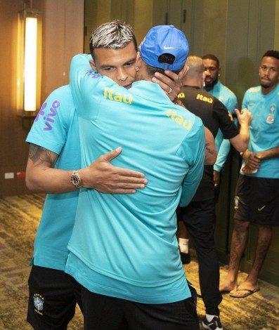 Thiago Silva abraça Neymar na chegada à concentração da Seleção