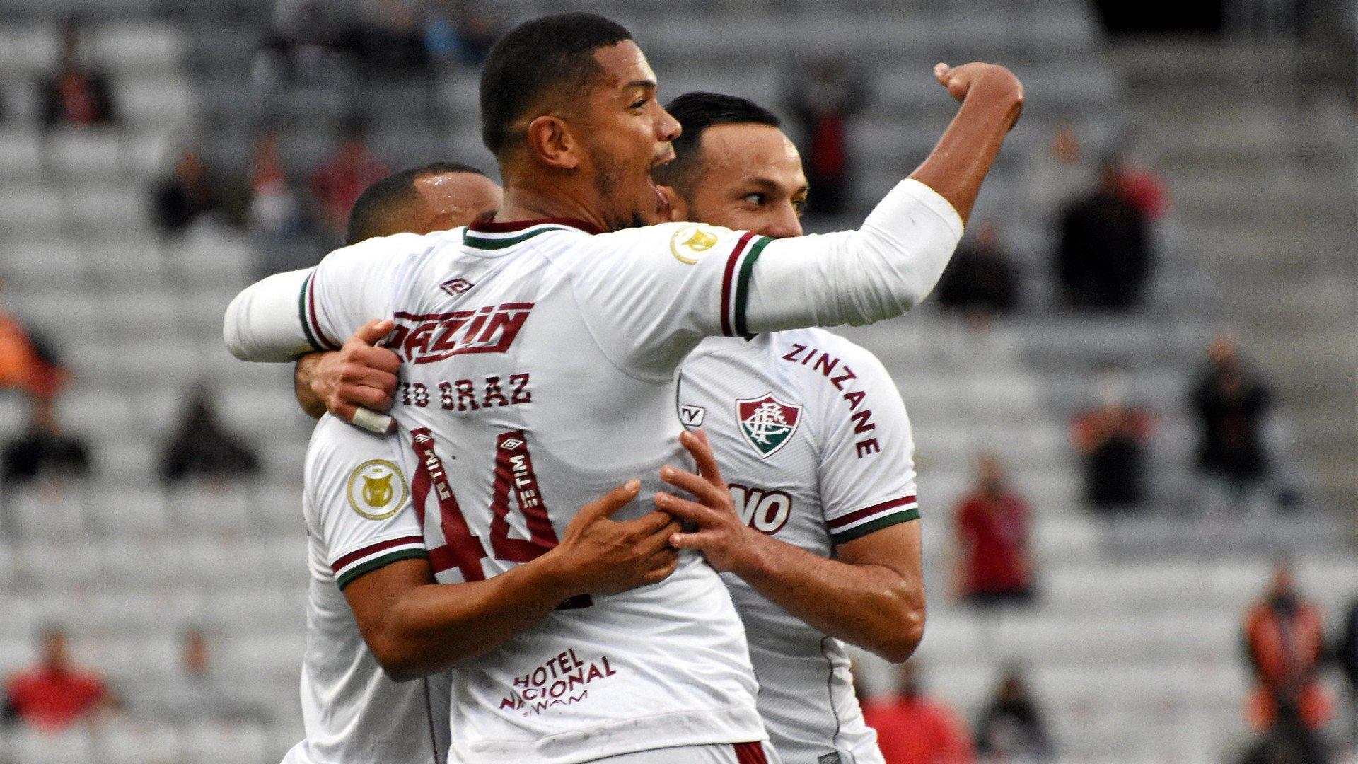 Com gol contra e polêmica do VAR, Fluminense vence o Athletico-PR fora de casa