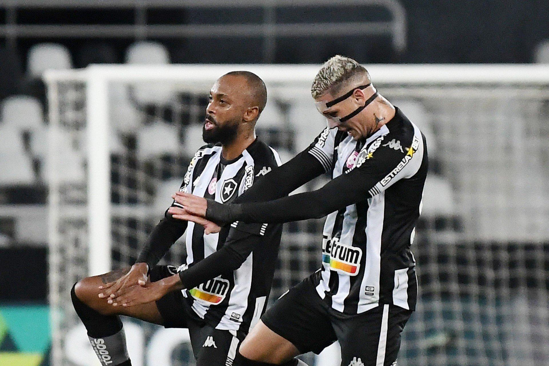 Com show de Navarro, Botafogo amassa o Brusque em vitória por 3 a 0 no Nilton Santos