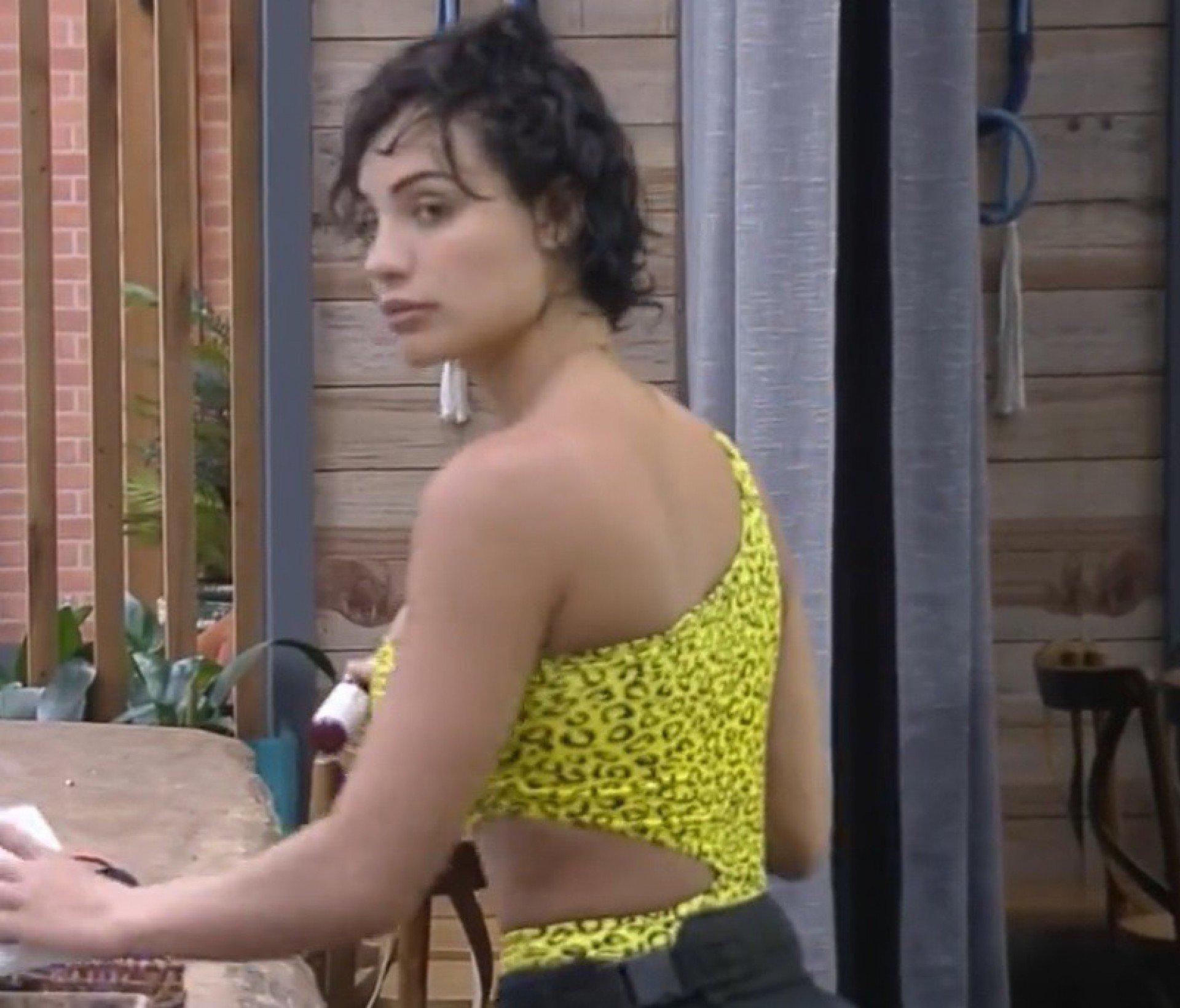 Aline Mineiro aparece com cabelos curtinhos em 'A Fazenda 13'