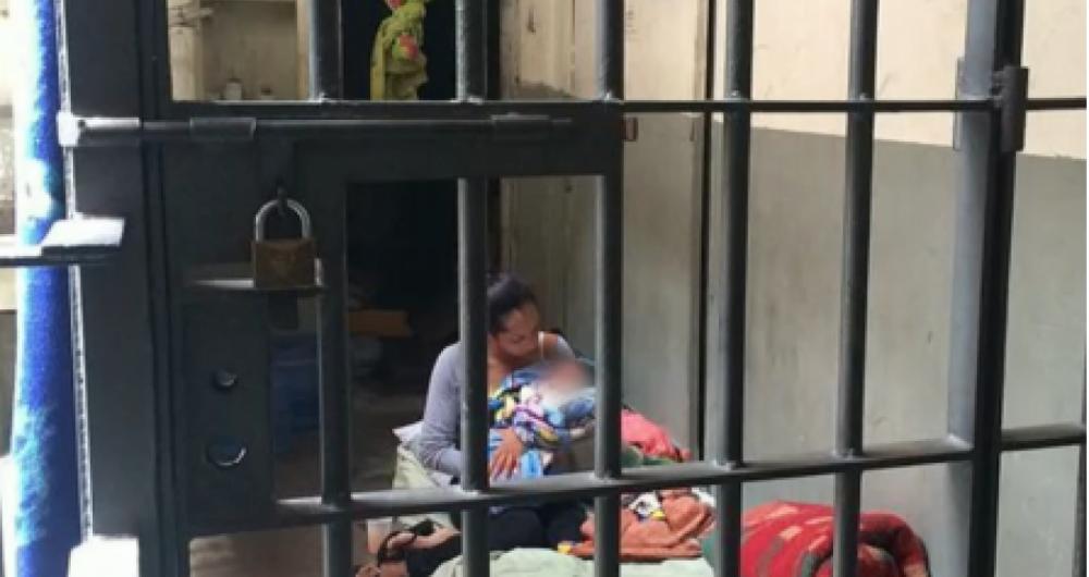 Mulher cuida de filho rec�m-nascido em cela de penitenci�ria de S�o Paulo