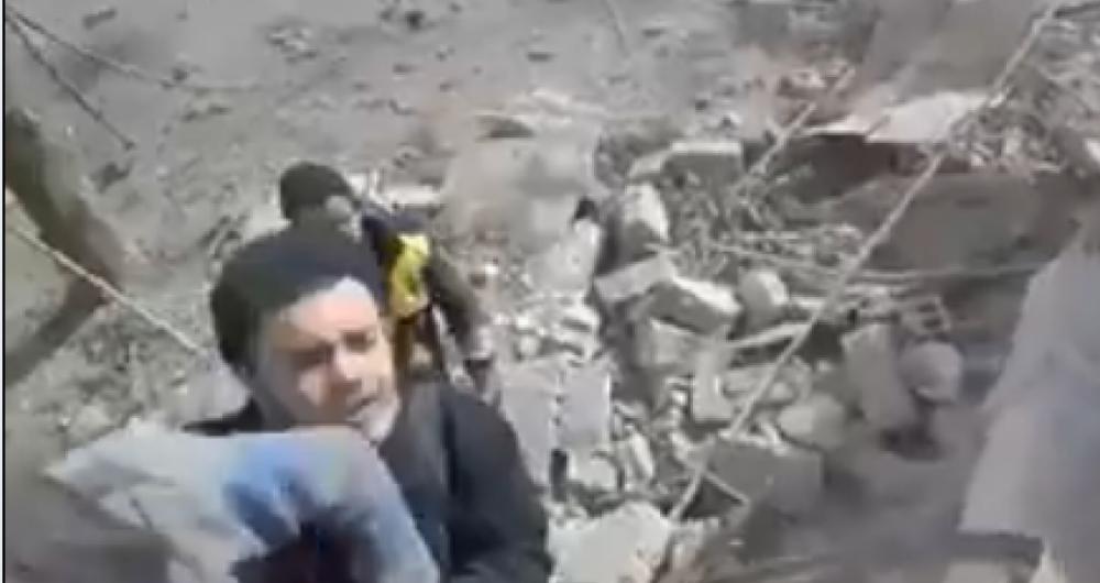 V�deo mostra s�rios tentando se proteger ap�s bombardeio