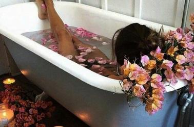 Mulher morre eletrocutada ao fazer selfie na banheira
