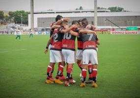Flamengo vence Portuguesa por 4 a 0 e encara o Flu na semi