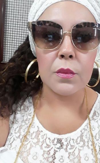 A professora de Letras Viviane afirma que foi 'convidada a se retirar' do col�gio do filho por estar usando um colar de contas