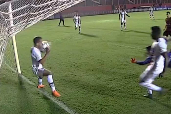 Everton Ribeiro foi expulso injustamente contra o Vitória