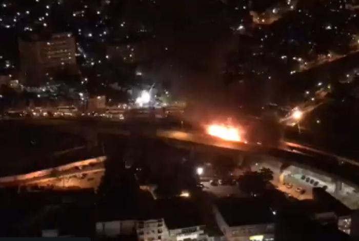 Incêndio em ônibus interditou viaduto de Madureira