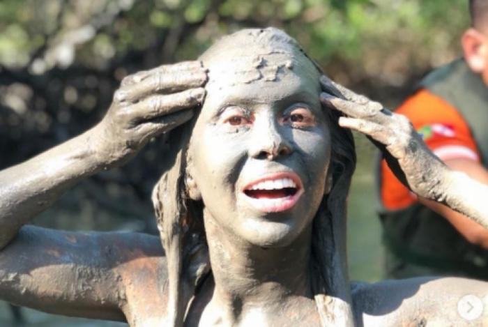 Joelma no banho de lama