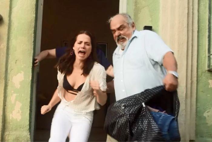 Rosa é expulsa de casa pelo pai quando ele descobre que ela é garota de programa
