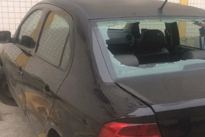 Carro foi atacado por criminosos nas proximidades de um conjunto habitacional em Triagem, na Zona Norte