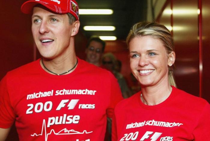 Schumacher e Corinna estão juntos há 20 anos. É ela hoje quem cuida da recuperação do ex-piloto