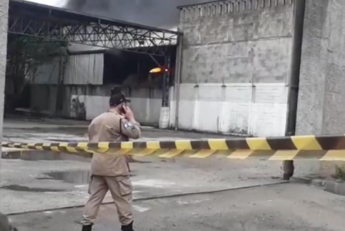 Incêndio atinge depósito de combustíveis em Duque de Caxias