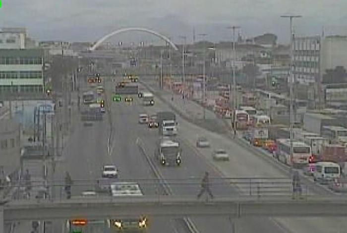 Acidente interdita pista central da Avenida Brasil, na altura de Bonsucesso, sentido Zona Oeste