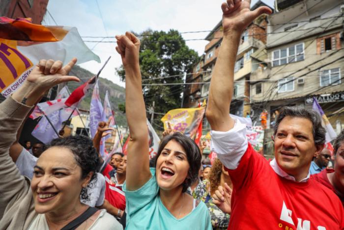 Candidato à presidência do PT, Fernando Haddad, sua vice, Manuela D'Ávila, e a candidata ao governo do Rio, Marcia Tiburi, em visita à Rocinha