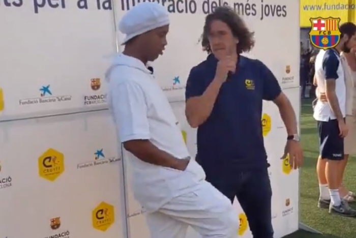 Ronaldinho dá caneta em Puyol