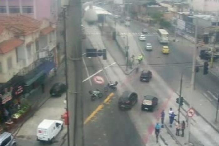 Acidente interdita avenida na Penha na tarde desta segunda-feira