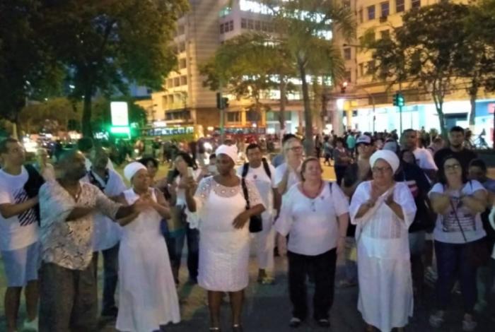 Umbandistas e candomblecistas se uniram em protesto em frente a Estação das Barcas nesta quarta-feira à noite