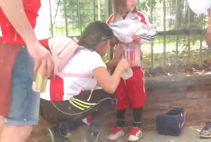 Mulher é presa por colocar sinalizadores no filho de nove anos