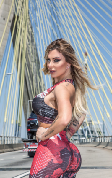 Luciane Hoepers é musa fitness