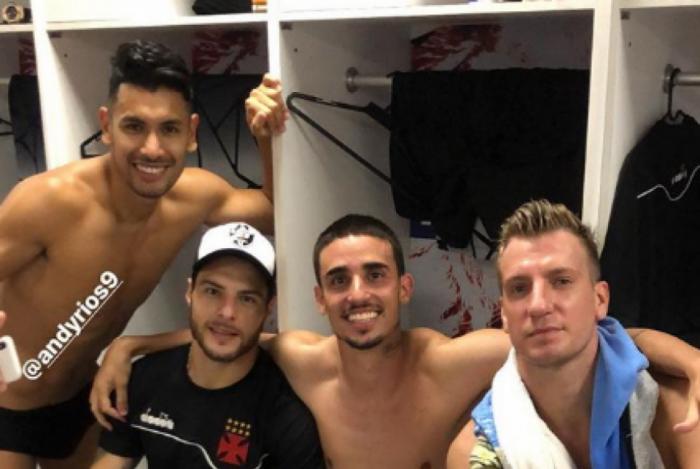 Jogadores do Vasco comemoram permanência