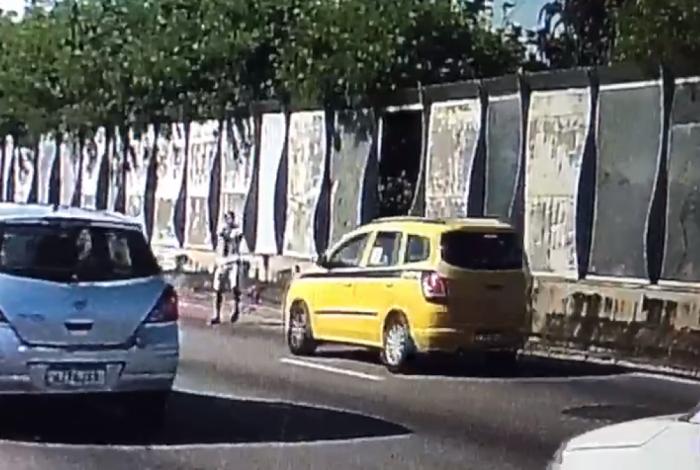 Imagens flagraram criminoso assaltando táxi na Linha Vermelha
