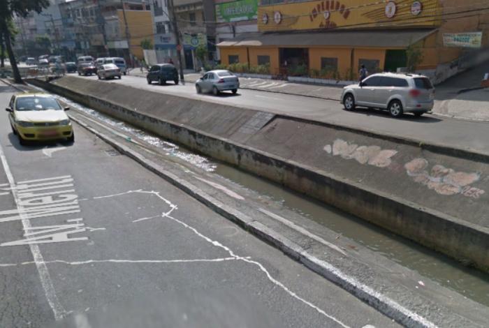 Carro cai em Canal próximo ao Carioca Shopping, em Vicente de Carvalho, após batida