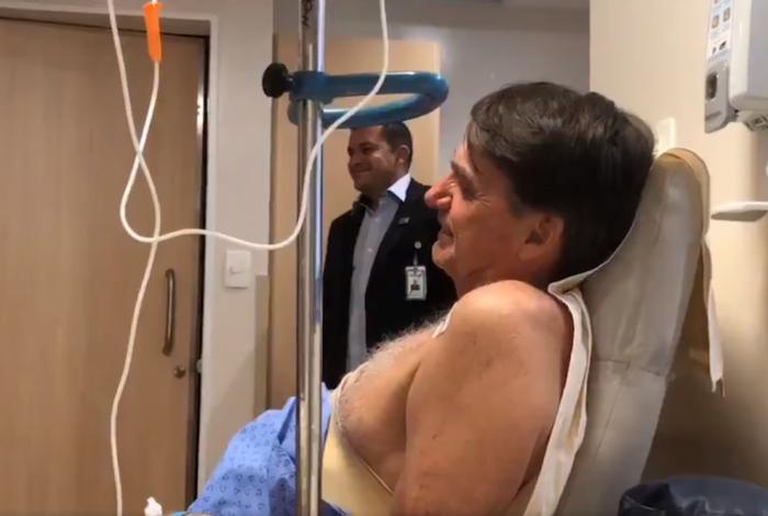 Bolsonaro se emociona ao som de 'Evidências' no Hospital