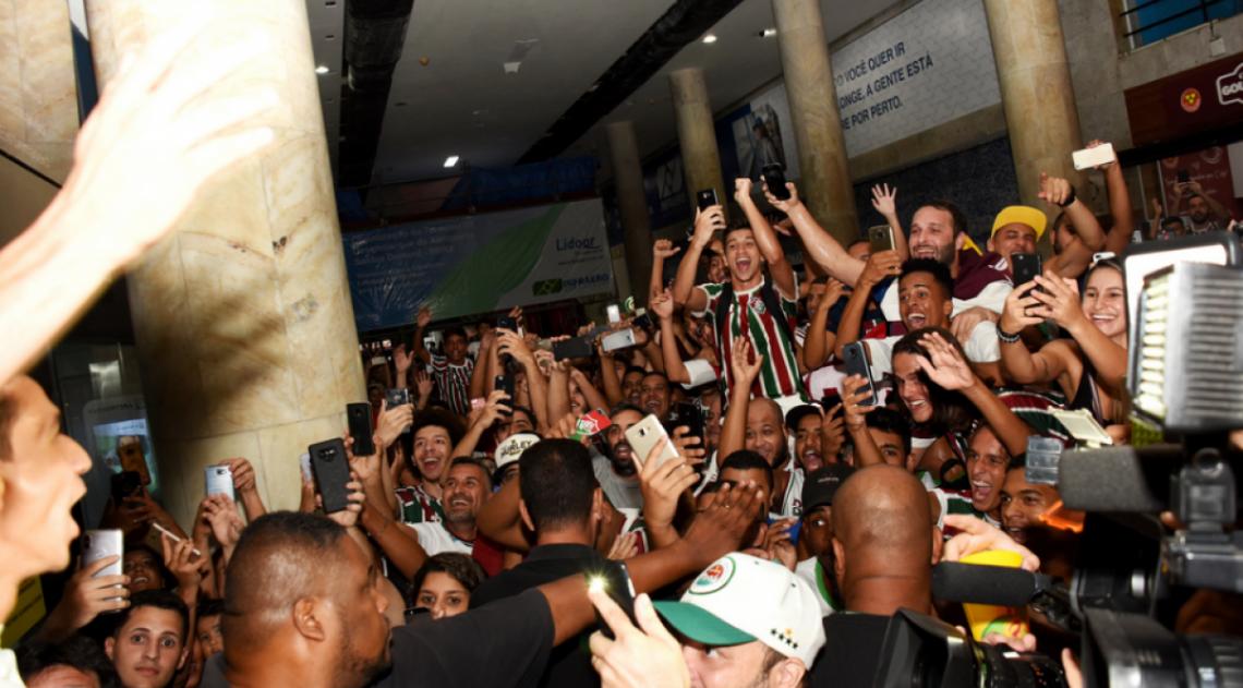 Torcida do Fluminense faz grande festa em aeroporto para receber Ganso