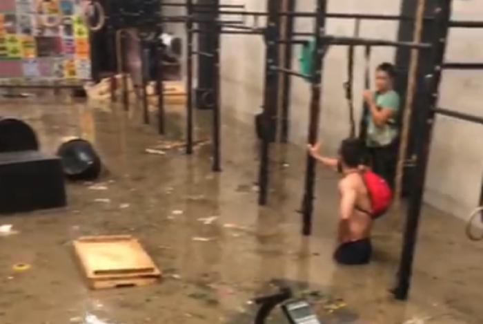 Academia de crossfit, em São Conrado, ficou alagada pela chuva desta quinta-feira. Aparelhos ficaram boiando e a água chegou na cintura dos alunos.