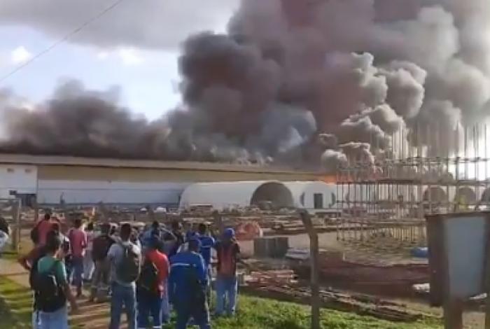 Corpo de Bombeiros tenta conter o incêndio em um galpão da usina de Belo Monte, no Pará