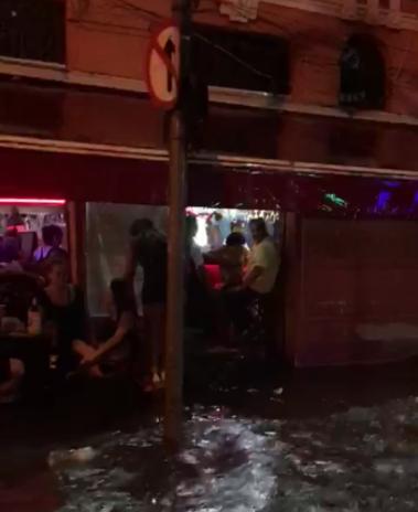 Bar na Lapa ficou completamente alagado