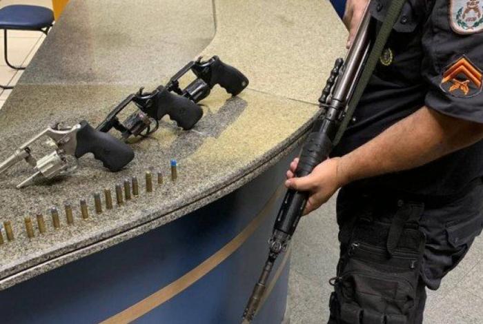 Cerca de 50 bate-bolas são presos em Nilópolis