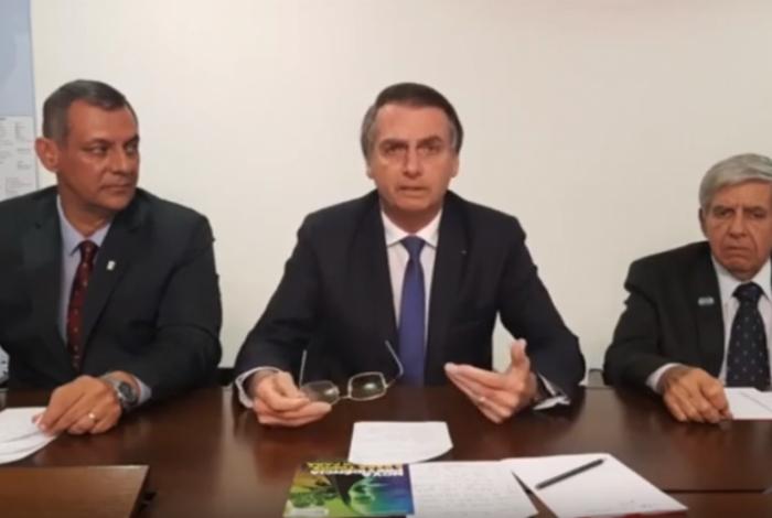 Em live, Bolsonaro sugere que pais rasguem páginas sobre educação sexual de Caderneta