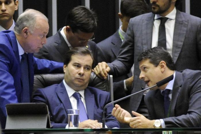 Maia reclama de insistência de Moro na tramitação do pacote anti-crime; segundo presidente da Câmara, Bolsonaro combinou de priorizar Previdência. Alfinetada de Carlos Bolsonaro irritou parlamentar