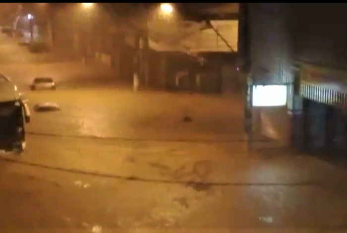 Ruas viraram rios no bairro Retiro, em Volta Redonda