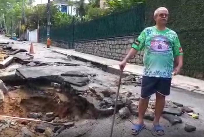 Morador mostra cratera aberta na rua Lopes Quintas, no Jardim Botânico, após temporal