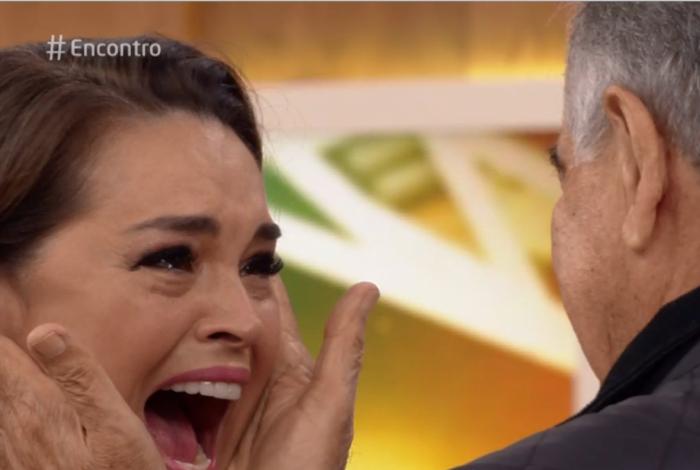 Suzy Rêgo se emociona ao reencontrar o pai