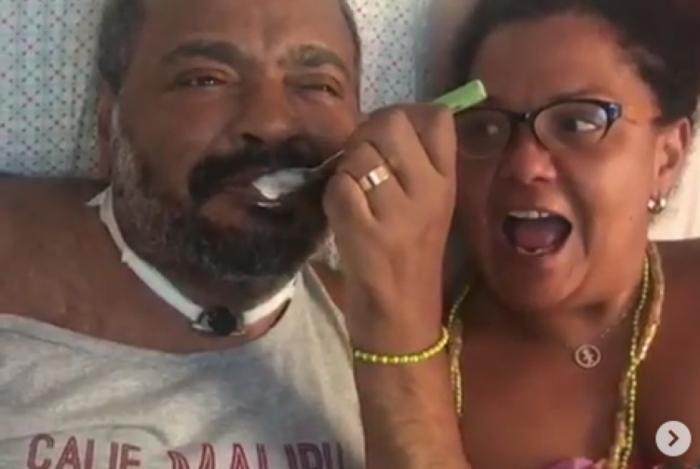 Arlindo Cruz se alimenta sozinho e fãs comemoram