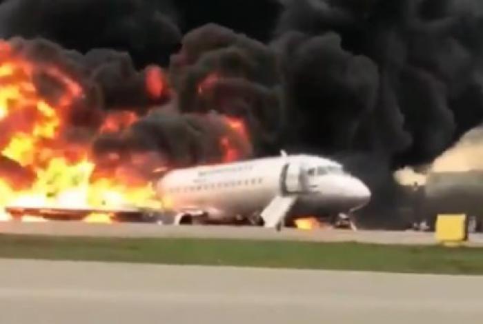 Avião pegou fogo ao fazer pouso de emergência