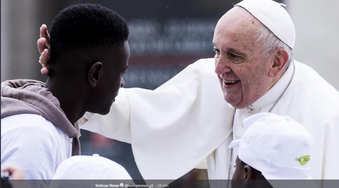 Papa Francisco convidou oito crianças e jovens para fazer com ele o giro da Praça São Pedro no papamóvel