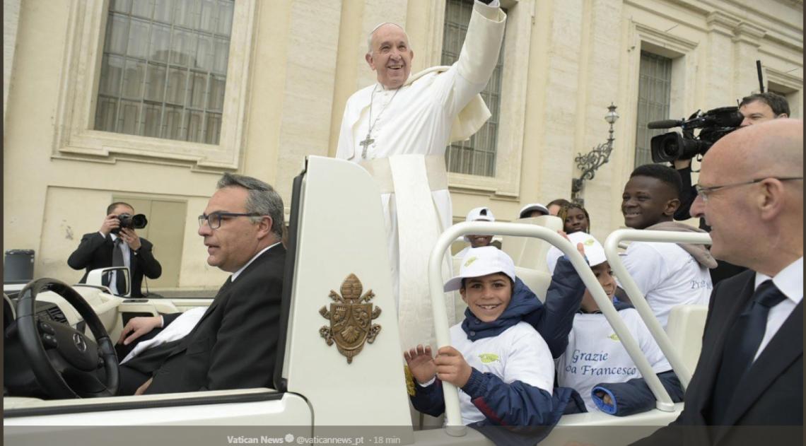 Papa Francisco levou refugiados para passear em papamóvel
