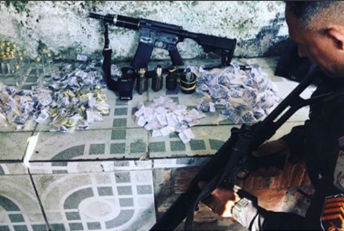 Policiais apreenderam um fuzil, um rádio comunicador e uma mochila com quatro granadas e drogas